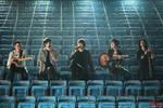 五月天在线演唱会:现场虽然没有观众,但每个座位都有荧光棒