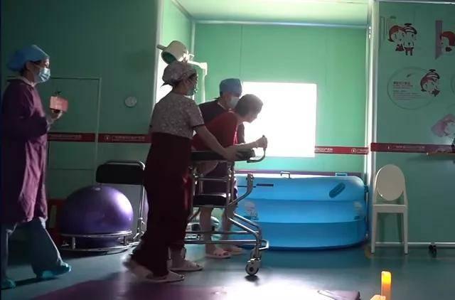 27岁产妇直播分娩过程,极度疼痛经历,丈夫很难感同身受