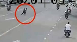 仅3分钟!俩熊孩子横穿马路13次,终被撞,网友怒斥:家长呢?