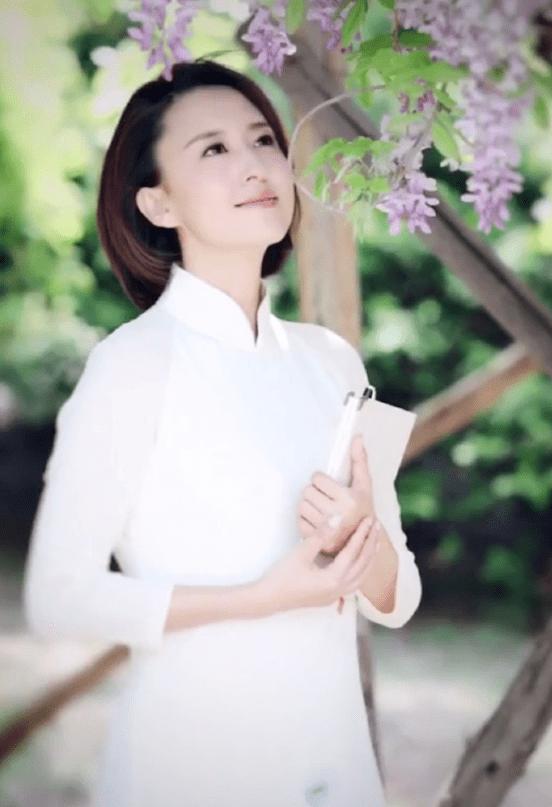 著名主持人张蕾气质全开,波波头配白色旗袍,彰显出东方女性韵味