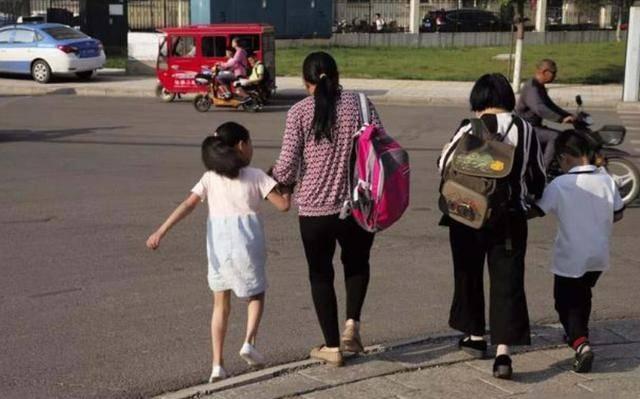为什么日本孩子自己上下学,中国孩子却每天接送?3点原因很现实