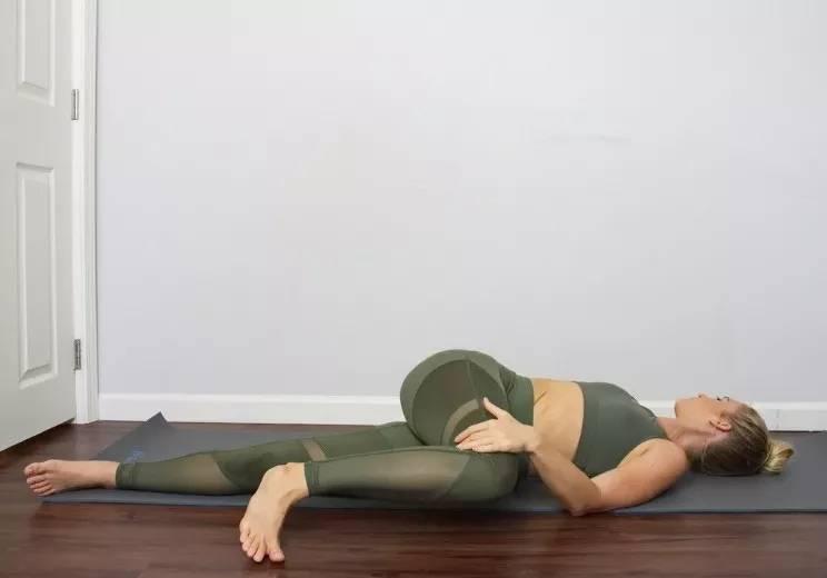「瑜伽」10个瑜伽动作帮到你,每天半小时就能搞定,对付背部疼痛