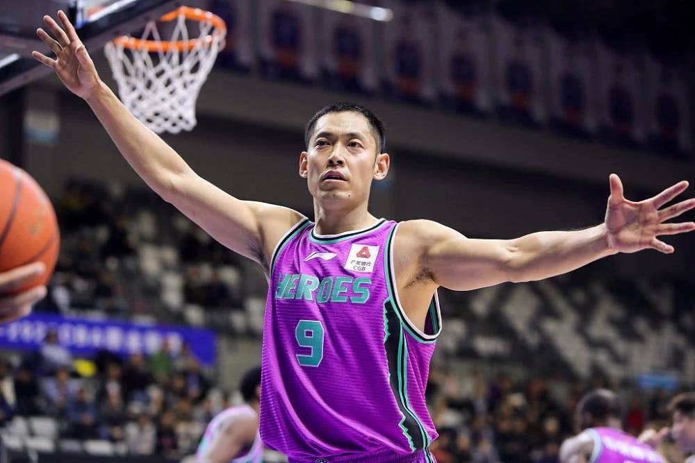 掀翻奥尼尔,一把年纪还在打!中国男篮的球员仍是老一辈的更好?