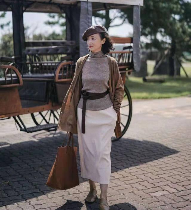 50岁女人不做奶奶辈?看三木博主妈妈的穿搭,美丽大方又时髦减龄