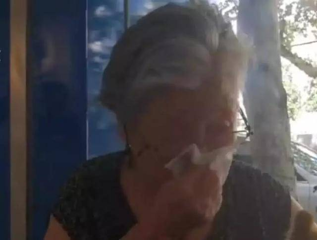 原创 奶奶替去世儿子养狗,流着泪说:我稀奇疼爱这个狗狗