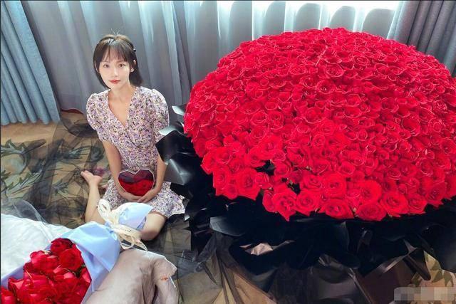 明星秀恩爱果真不一般!张嘉倪收999朵巨型玫瑰束,酸了……