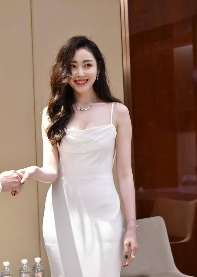 穿白制服营业,周迅守旧缝领口优雅依旧,张天爱港风鱼尾裙太惊艳