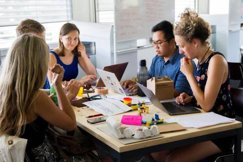 工作中,所谓职场如战场,在办公室里说话就要学会圆滑
