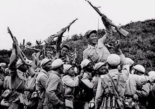 中国志愿军攻陷汉城,举国振奋,彭老总看完报纸却皱起了眉头
