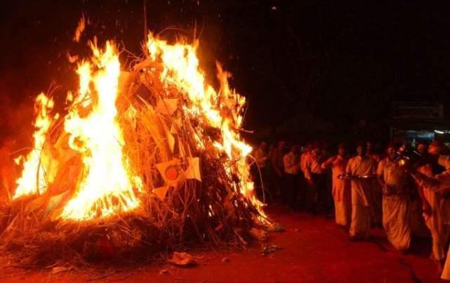 """印度万人欢度""""洒红节"""",聚众烧""""新冠""""雕塑,但"""