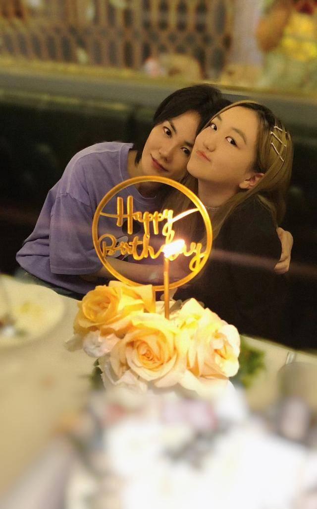 原创 王菲为女儿庆14岁生日,李嫣打扮成熟大秀身材,母女相拥感情亲密
