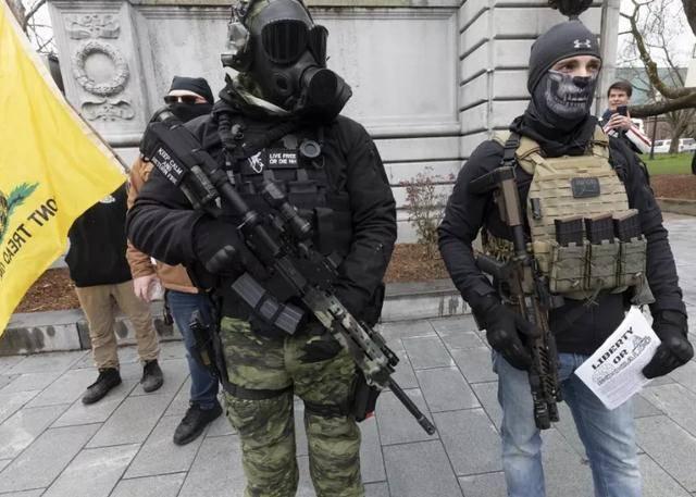 城美平等人权?白人持枪反封城美警察不管 黑人为讨公道抗议却被镇压