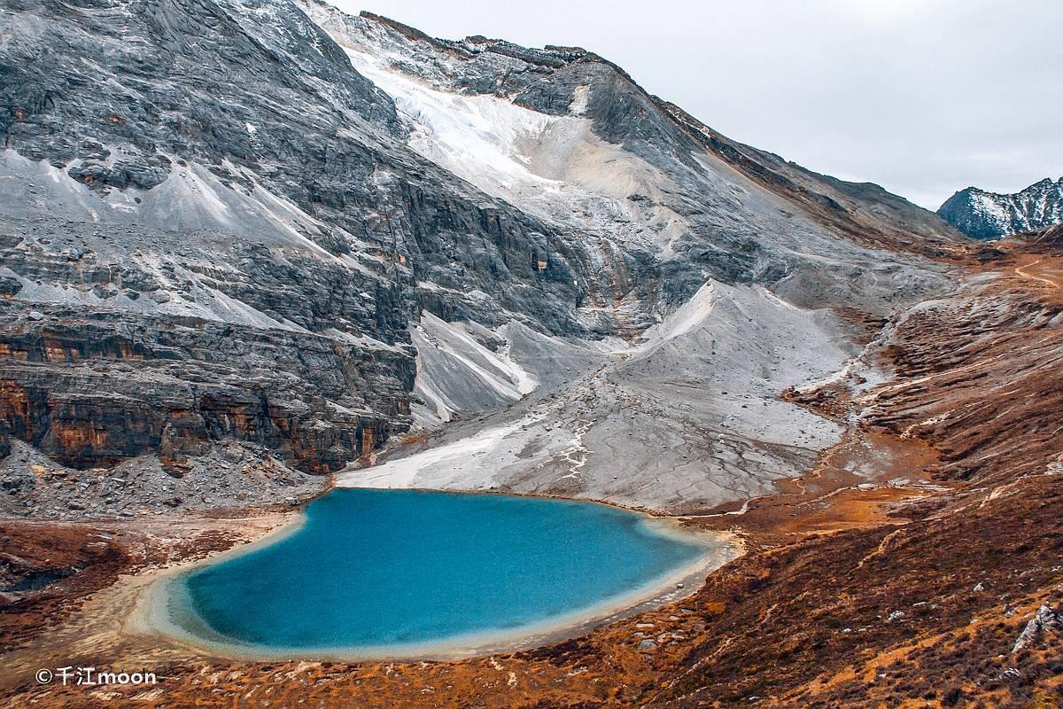 徒步亚丁,在绝美秋色中邂逅雪山高原湖