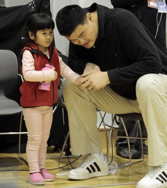 原创10岁姚沁蕾身高1米7!姚明小时候更厉害:读幼儿园穿1米80衣服!
