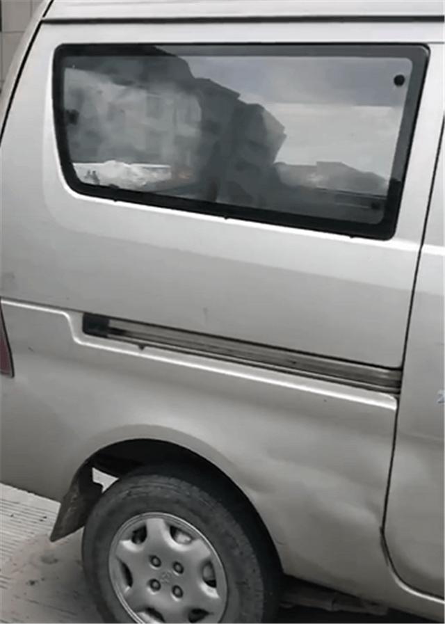 """原温州""""网红""""面包车挂88888卡,卡值7位数。车牌经常被误认为是一副牌"""