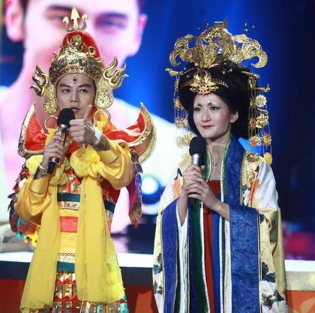 原创 谢娜模仿刘敏涛唱《红色高跟鞋》神还原,神态动作到位有内味儿