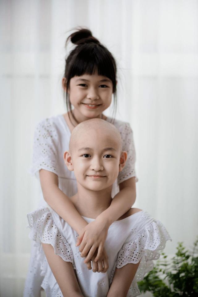 原创 知名网红11岁女儿患癌,哭喊为什么是我,化疗时双手戳满针孔剃头