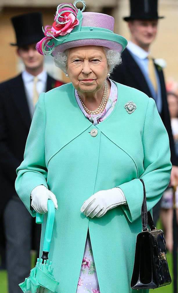 原创 菲利普亲王99岁生日,伊丽莎白女王佩戴18.5克拉钻石胸针一起合影