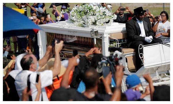弗洛伊德告别式奢华 马车运送棺材 拜登