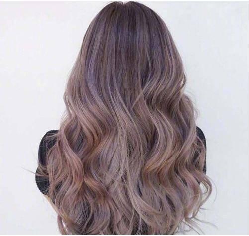 长卷发的女生烫发发型,头发顶端是柔顺的发丝,发尾的头发是越来越多的图片