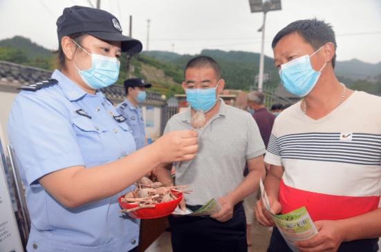 湖北十堰警方禁毒宣传进村组