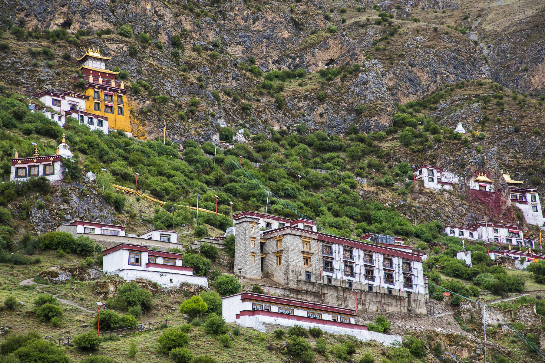"""原创西藏最""""险峻""""的寺庙,嵌在悬崖绝壁之上,建成已有1500年"""