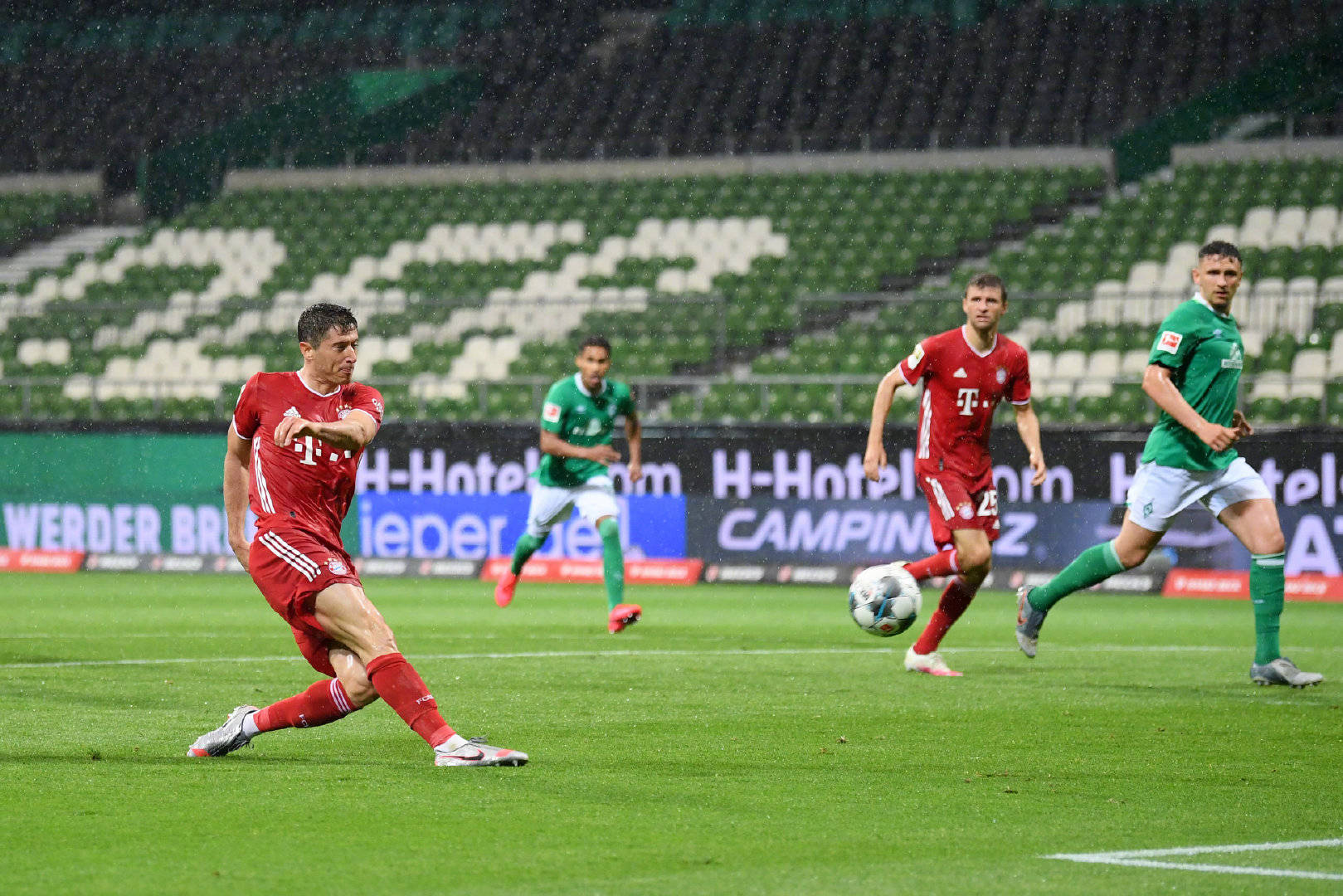 ,德甲第32轮开打,不莱梅主场迎战拜仁。在目前的积分榜上