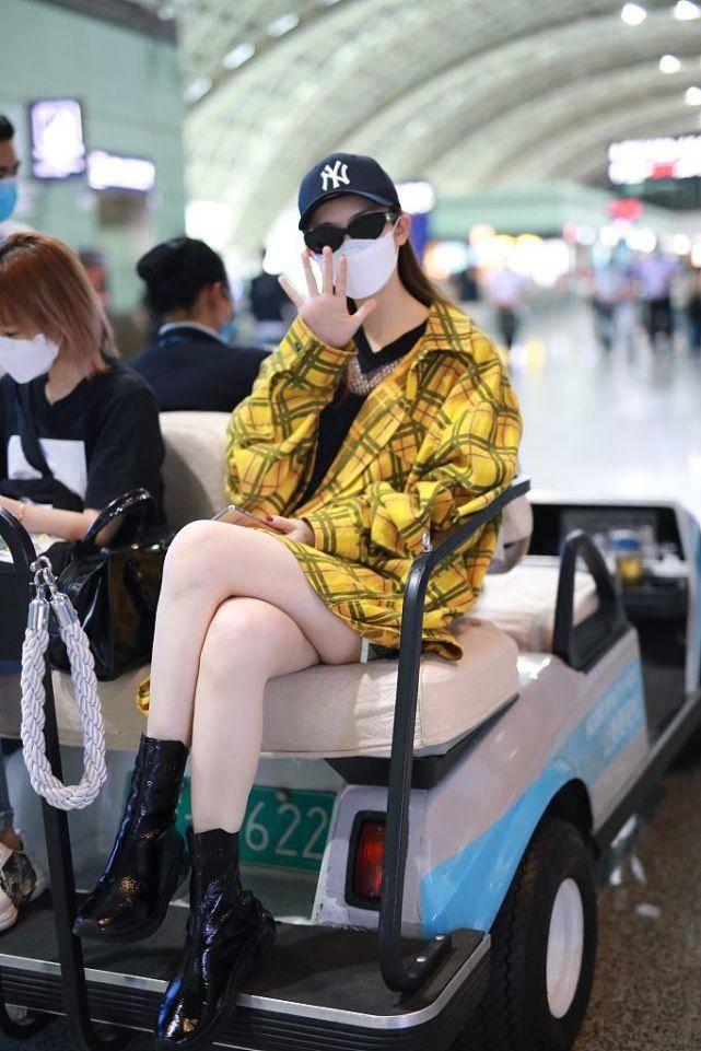 戚薇走机场又现假腿,磨皮的膝盖都没有了,腿粗才是事实啊!