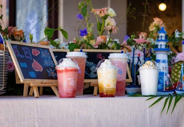 瑞幸■瑞幸咖啡入驻798,带一杯冰咖啡逛艺术区,夏天原来可以如此美好