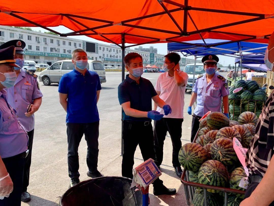 顺义区市场监管局局长胡小兵带队督查石门市场防疫及食品安全管理工作
