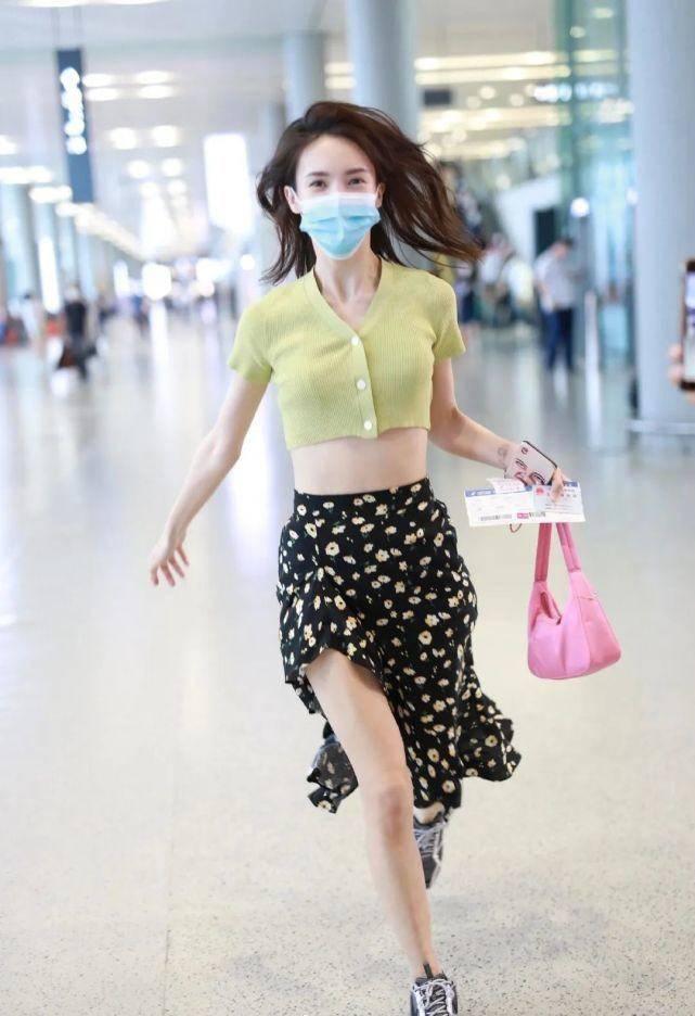 金晨现身机场,超短上衣配开叉裙大方秀美腿,一路狂奔也美如画