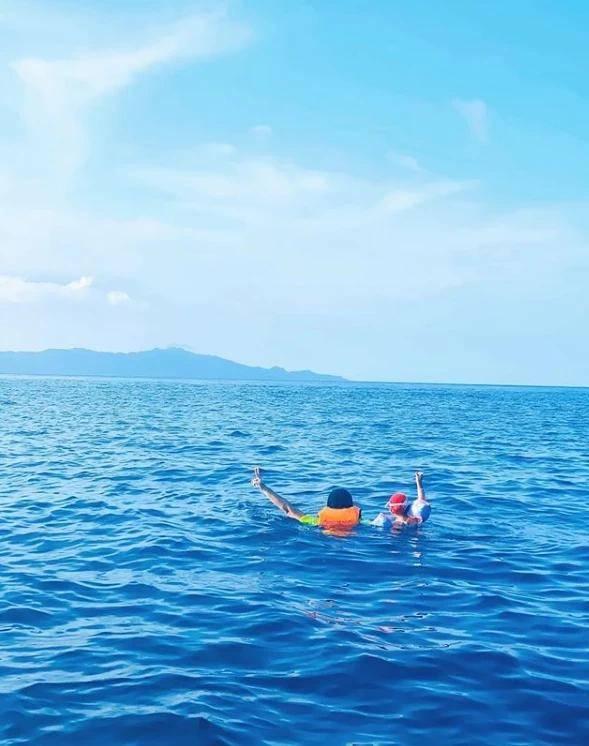 昆凌晒周杰伦带女儿游泳背影照,父女俩海中举手比耶超有爱