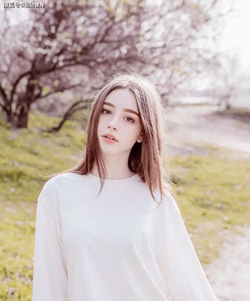 """蜂腰翘臀、冷艳脱俗!21岁少女用颜值和身材证明:为何男人独爱""""俄罗斯姑娘"""""""