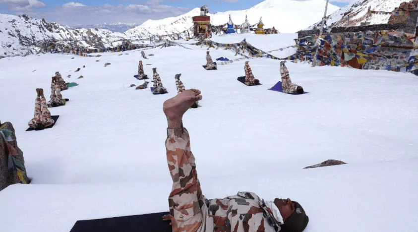 印度海陆空三军大举向拉达克集结 数万将士一到先练起瑜伽