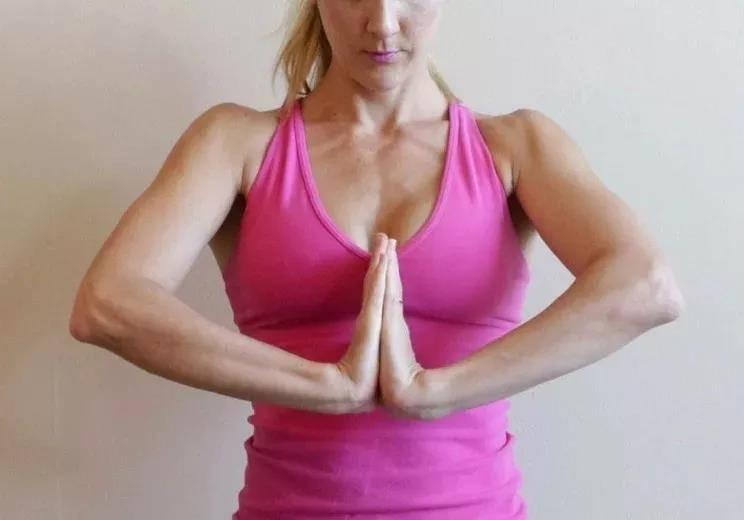 瑜伽前热身要全面,十个拉伸手腕的动作,看完避免伤害_手掌 知识百科 第7张