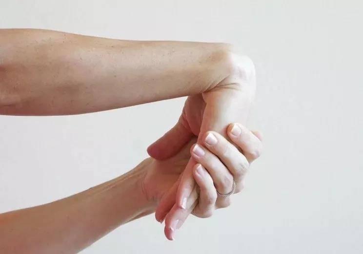 瑜伽前热身要全面,十个拉伸手腕的动作,看完避免伤害_手掌 知识百科 第3张
