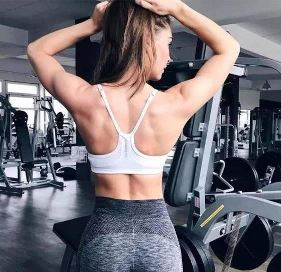 坚持练背的几个好处!这一组练背动作,让你练出美背,提升体态 减脂食谱 第4张