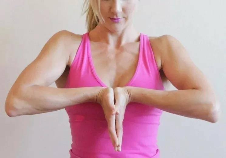 瑜伽前热身要全面,十个拉伸手腕的动作,看完避免伤害_手掌 知识百科 第8张