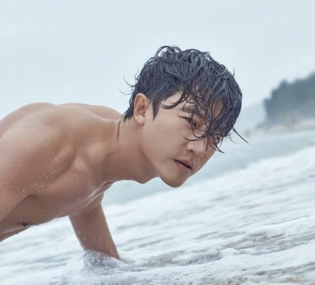 黄轩海边拍大片,在沙滩上做俯卧撑,秀三角肌荷尔蒙爆棚 动作教学 第6张