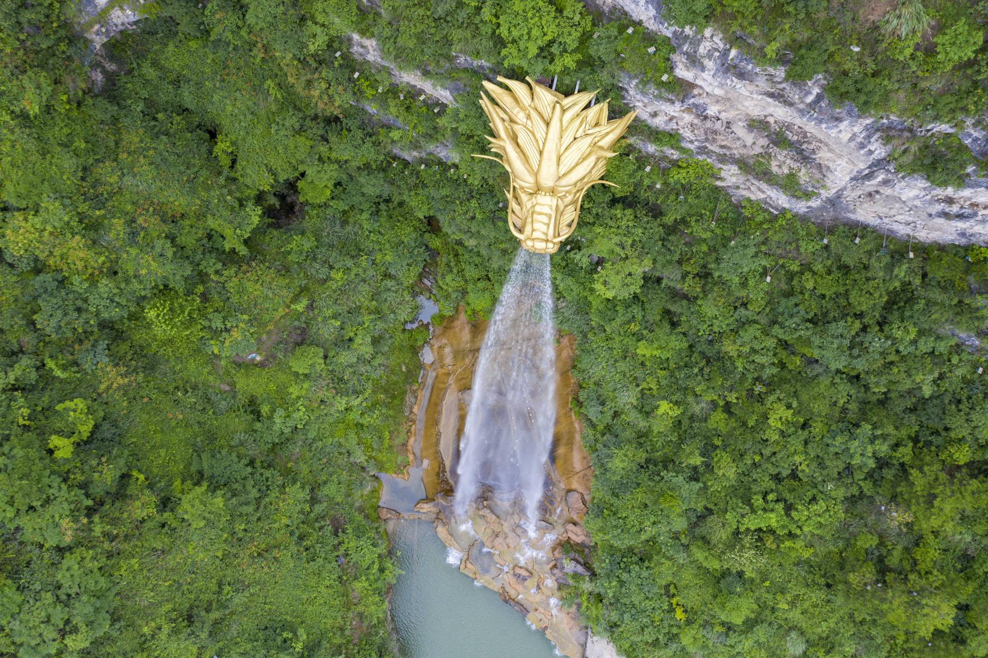 """原创 悬崖上的独特景观,贵州一个小县,用12吨黄铜建巨型""""水龙头"""""""