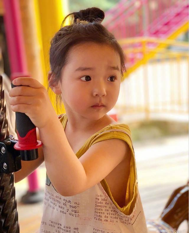 高圆圆女儿正面照曝光,葡萄眼睛又大又圆,完全继承妈妈高颜值