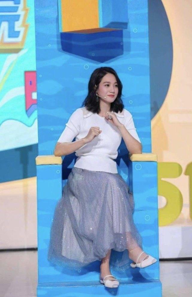原创             孕妈朱丹节目造型休闲清爽,身穿白色针织衫搭百褶裙,时尚又减龄