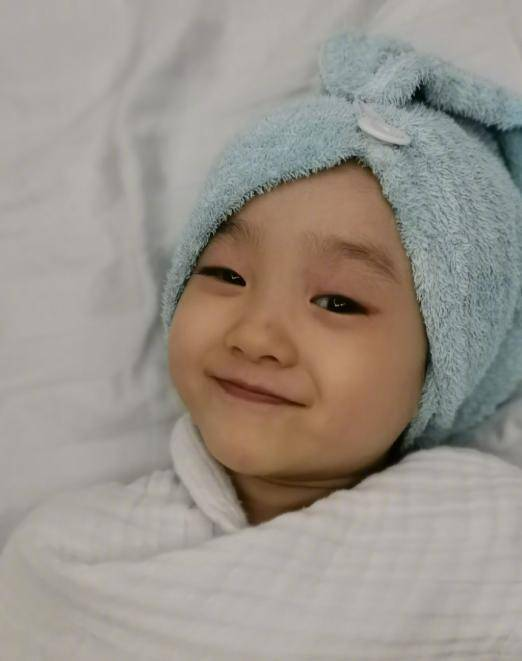 欢欢|原创杨威晒晒双胞胎女儿,可爱冷酷各有特色,喊话哥哥带队成团