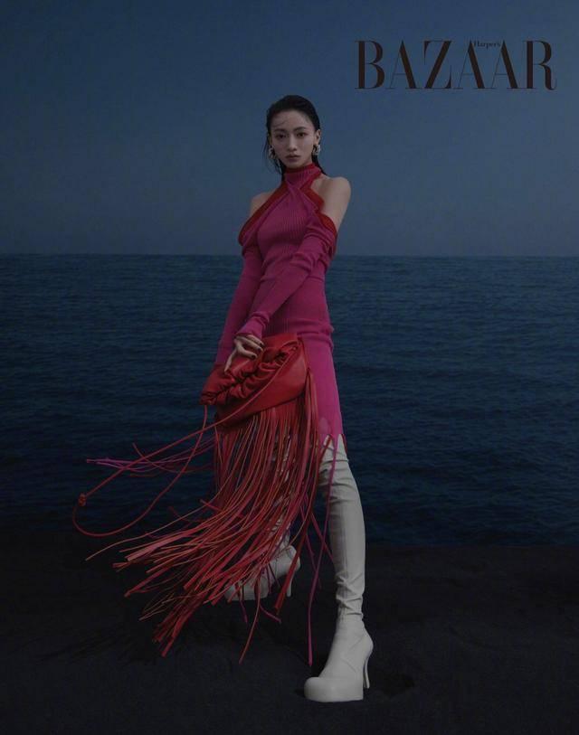29岁吴谨言展现轻熟魅力,格纹造型搭配清新长发,又美又飒