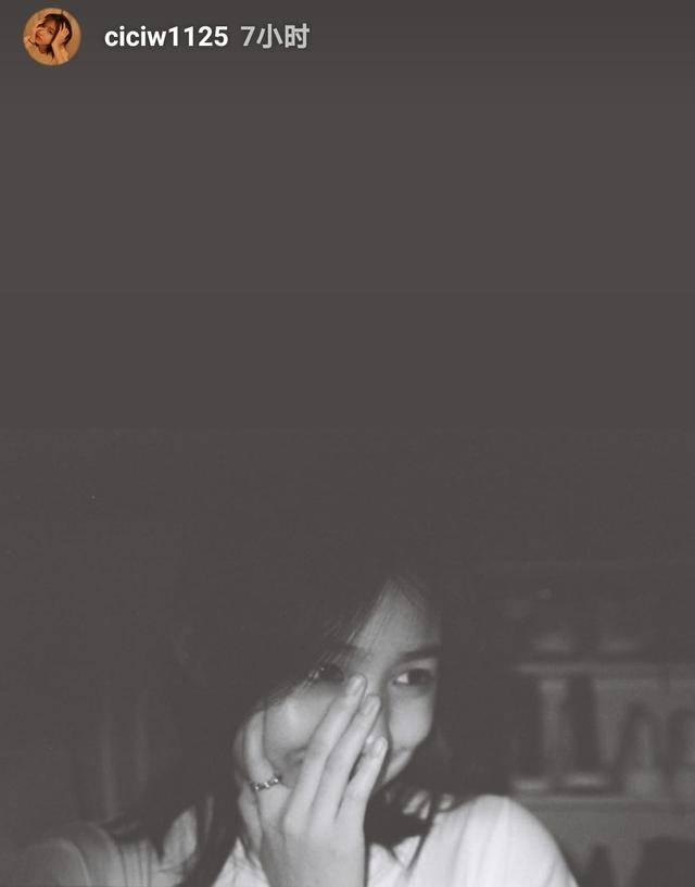 章子怡原创汪峰14岁女儿晒自拍 捂脸浅笑苹果肌饱满,颜值颇高