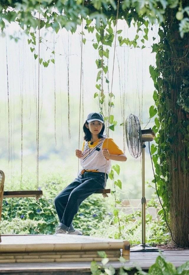 张子枫综艺节目穿搭,简单干净又清爽大方,不愧深受黄磊何炅喜爱