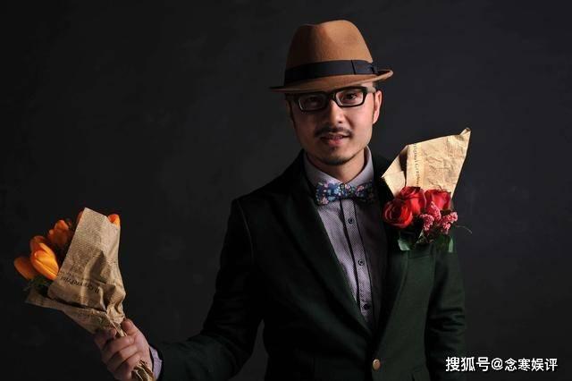 在王汉发表道歉声明后 他第一次正常出现并去录制节目 他表情严肃 心情不好