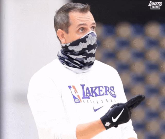 湖人今日訓練,老詹金鏈子搶眼,軟豆展示嚇人肌肉,誇張程度不輸魔獸!-黑特籃球-NBA新聞影音圖片分享社區
