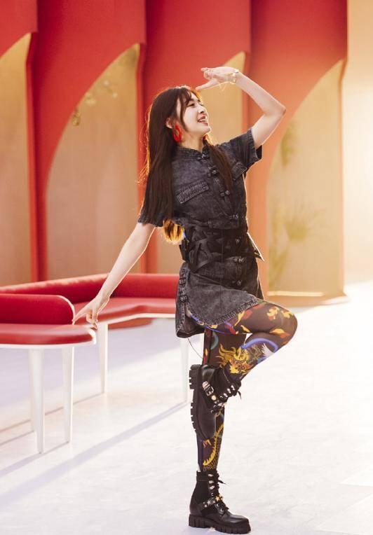 下盘粗壮的女人_张含韵红发丸子头减龄,古典裙配彩袜暴露粗腿,喜爱度竟倒数 ...
