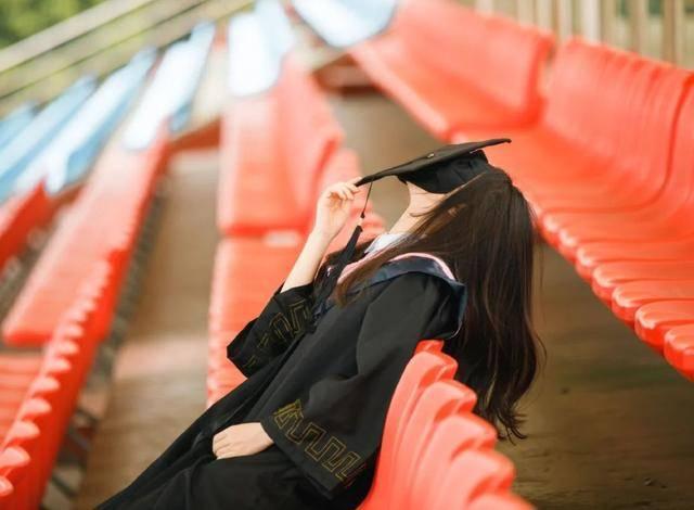 原创 柬埔寨公主罕露面!穿学士服配镂空蕾丝衣,自信晒出中国毕业证书